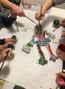 """OPERA. LAB DI GRUPPO Laboratorio """"Il Signo x"""" bambini 7-10 anni obiettivi laboratorio: ogni bambino costruisce a suo modo una parte assegnata del personaggio, fino all'assemblaggio finale dell'intero personaggio per poi colarlo tutti insieme. Lavorare come singolo pur facendo parte di un gruppo aiuta lo sviluppo della motivazione e del proprio potenziale creativo ed espressivo con un' attenzione particolare alla progettualità comune; a tener conto dell'altro, del suo lavoro, delle proporzioni usate, della direzione che gli altri stanno percorrendo. Riesco ad adattarmi? In che modo permetto agli altri di attaccarsi al mio lavoro? Qual'è il contributo che il mio lavoro dona all'intera opera del gruppo?"""